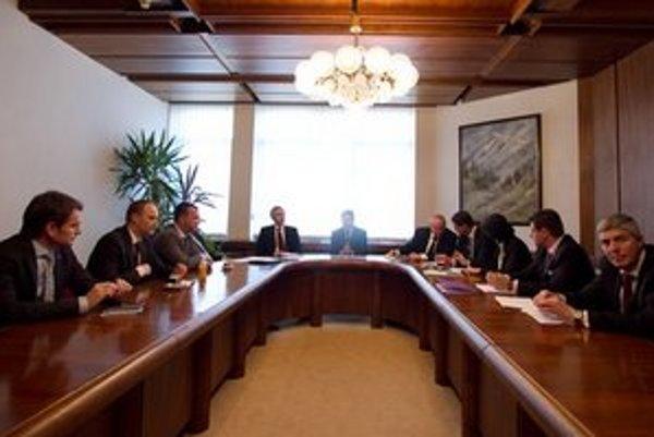 Rokovanie opozičných strán o rozdelení postov.