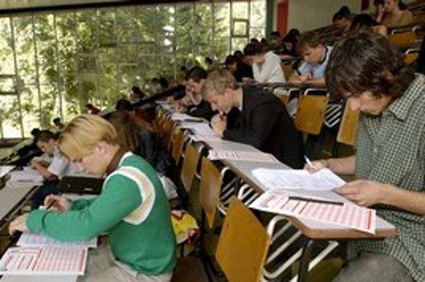 Študenti priznali, koľko sedia nad knihami.