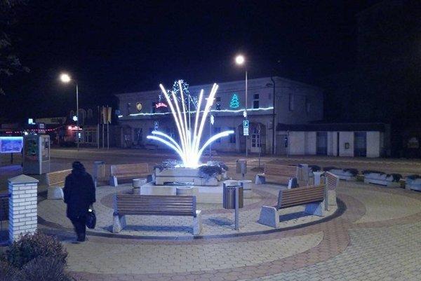 Tohtoročnou novinkou je aj svietiaca fontána na námestí.