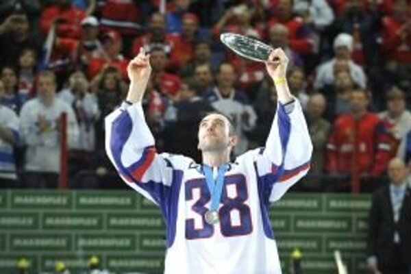 Kapitán slovenskej hokejovej reprezentácie Zdeno Chára dvíha cenu za druhé miesto na svetovom šampionáte v ľadovom hokeji. Prišiel si ju prevziať v drese s číslom 38, ktoré patrilo zosnulému kapitánovi slovenskej hokejovej reprezentácie Pavlovi Demitr