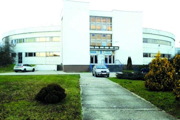 Plaváreň sa nachádza v areáli chemického závodu.