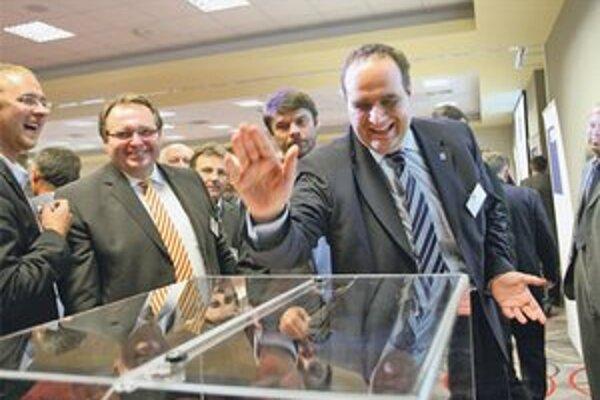 Pavol Frešo má dosť času na prácu v Národnej rade aj na riadenie samosprávneho kraja. Nového predsedu SDKÚ volil s úsmevom.
