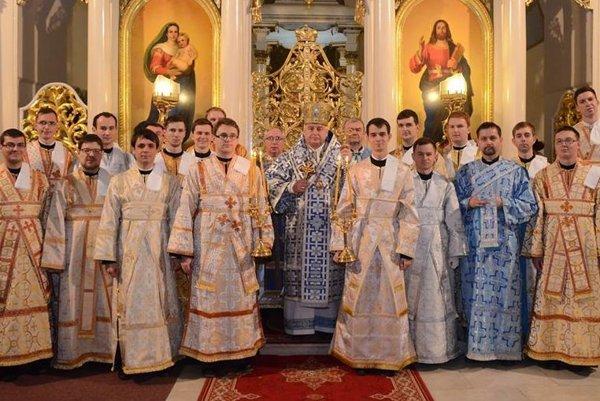 Po svätení. Prijali ho seminaristi z rúk arcibiskupa.