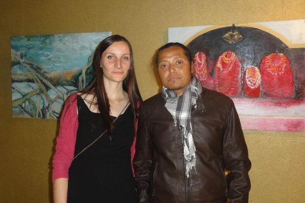 Jana Bednárová a jej priateľ Alakesh Dutta pred obrazmi v Galérii Foyer.