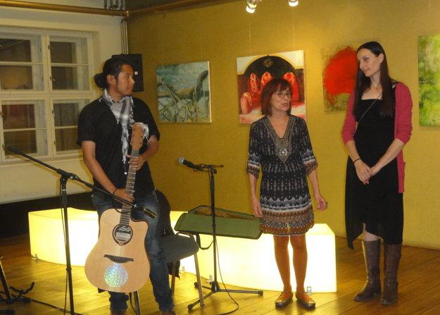 Otvorenie vernisáže - zľava Alakesh Dutta, Mária Herodeková z Galérii Foyer a Jana Bednárová.