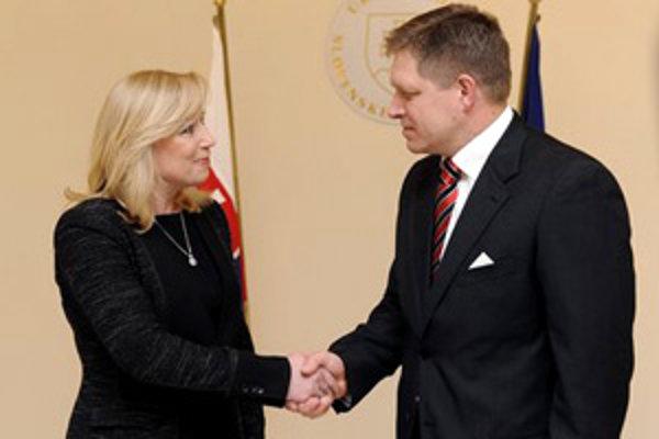 Robert Fico preberá úrad od expremiérky Ivety Radičovej.
