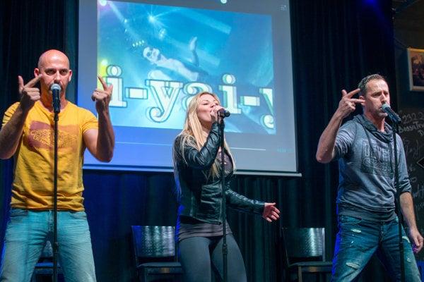 Bratia Matyinkovci s Ivannou Bagovou počas koncertu v Nitre.