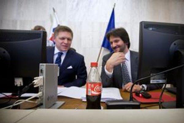 Robert Fico, jeho obľúbený nápoj a Robert Kaliňák. Táto Coca Cola nepatrila premiérovi, na zasadnutí vlády ju pil minister vnútra.