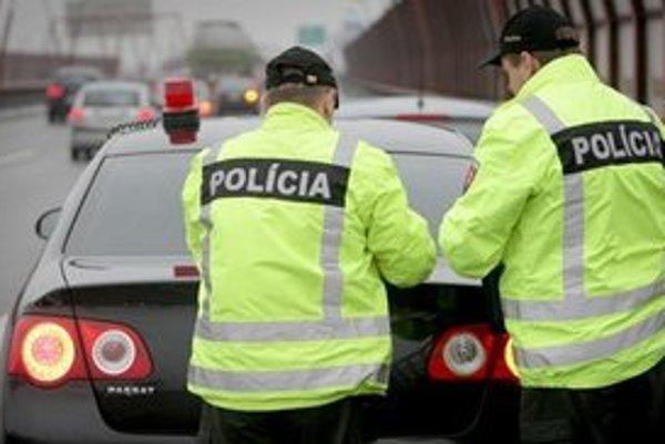 Dopravných nehôd ubudlo, policajtov za to odmenili.