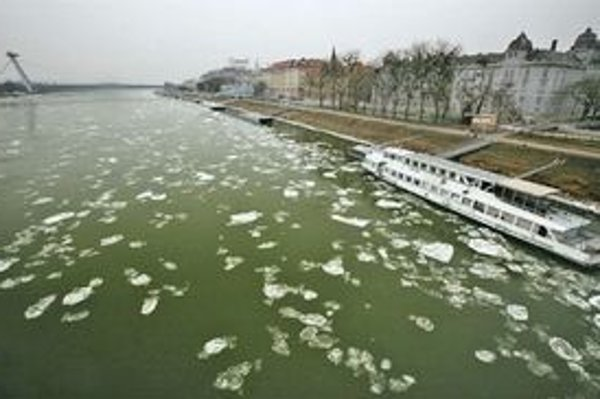 Kryhy plávajú aj na hladine Dunaja.