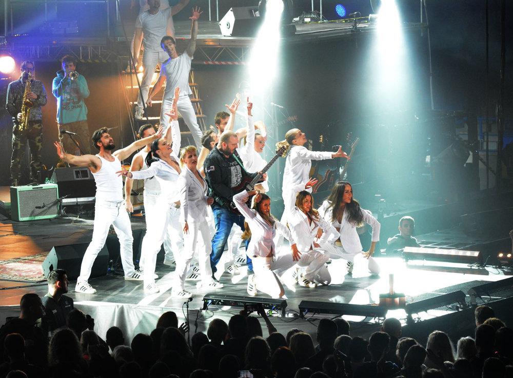 Jesus Christ Superstar. Kapela sa s Jánom Ďurovčíkom pustila do viacerých multižánrových projektov. Jedným z nich je aj celosvetovo známy muzikál.