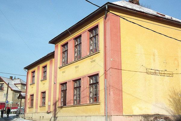 Budova nevyhnutne potrebuje opravu.