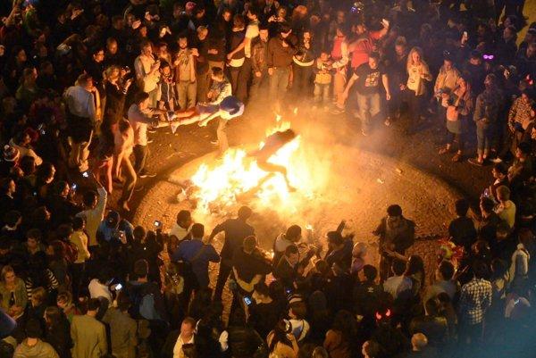 Silvester vQuite, hlavnom meste Ekvádoru  – vuliciach symbolicky pália zlých duchov.