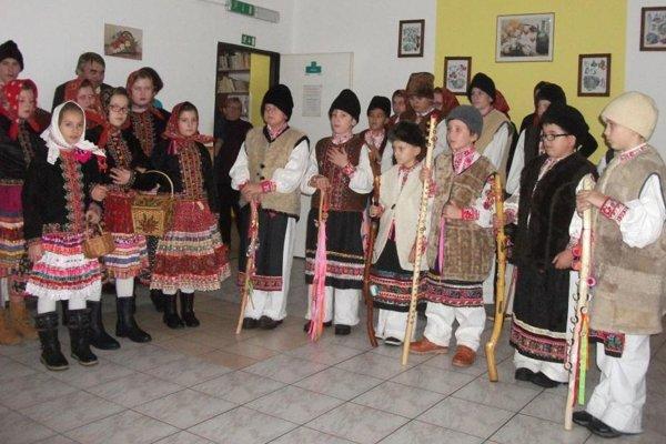 Ragačinka z Hrušova zaspievala dôchodcom vianočné koledy.
