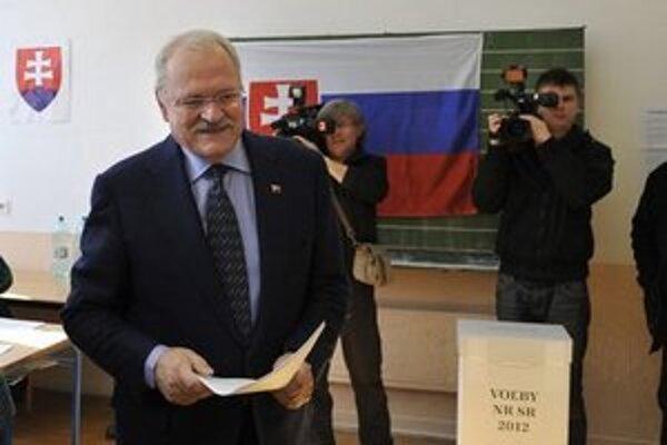 Ivan Gašparovič vo volebnej miestnosti.