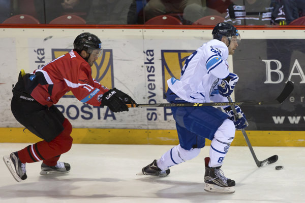 Na snímke zľava Vjačeslav Truchno (Banská Bystrica) a Lubor Pokovič (Poprad) v zápase 30. kola hokejovej Tipsport Ligy HC'05 iClinic Banská Bystrica - HK Poprad .