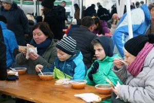 Návštevníci trhov so starostovskou kapustnicou.