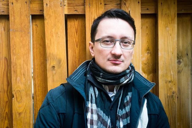 Jozef Karika tvrdí, že písanie je tvrdá rehoľa, ale so sebadisciplínou nemal nikdy problém. Trénoval aj karate.