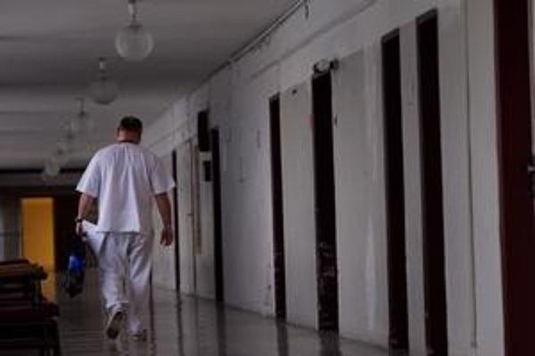 Štát prinútil do práce núdzovým stavom nastúpiť stovky lekárov.