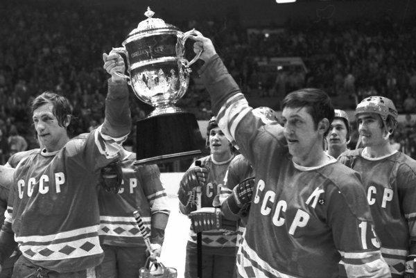 Sovietsky kapitán Boris Michajlov (vpravo) a obranca Valerij Vasiljev držia Challenge Cup po víťazstve zbornej nad tímom NHL All-Stars v New Yorku 12. februára 1979.