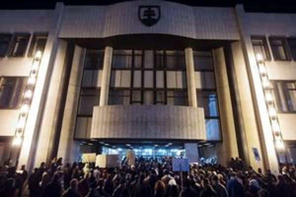 Demonštranti zahádzali parlament, stopy po vajíčkach tam zostali dovčera.