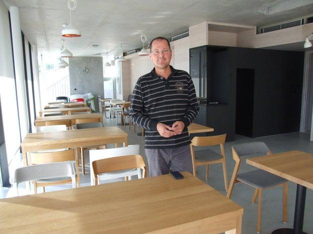 Kaviareň je zariadená nábytkom už od leta, čakalo sa na technológiu kuchyne a barový pult.
