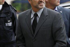 Britský spevák George Michael  prichádzal na súd v Londýne 14.septembra 2010.