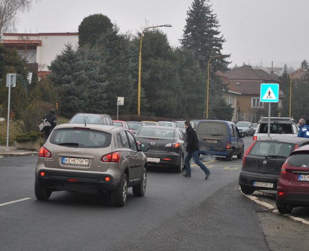 Tu je aspoň značka. Chodci sa musia spoľahnúť, že cestou k miestnemu úradu Severu ich auto nezrazí, lebo si všimne značku Priechod pre chodcov.