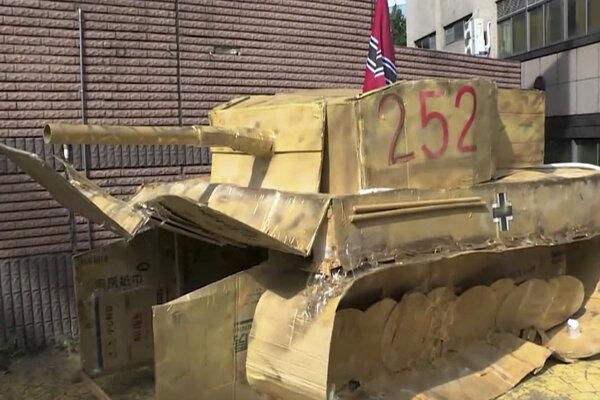 Kartónový tank zo sprievodu.