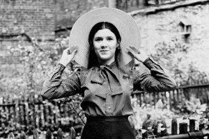 Na archívnej snímke z 2.mája 1973 16-ročná Carrie Fisherová v záhrade ich domu.