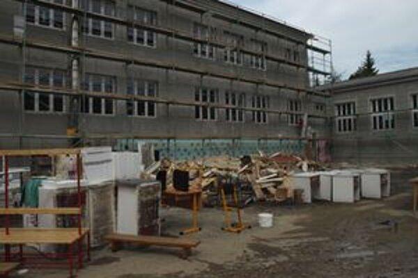 Voda v špeciálnej základnej škole v Handlovej poškodila množstvo nábytku.