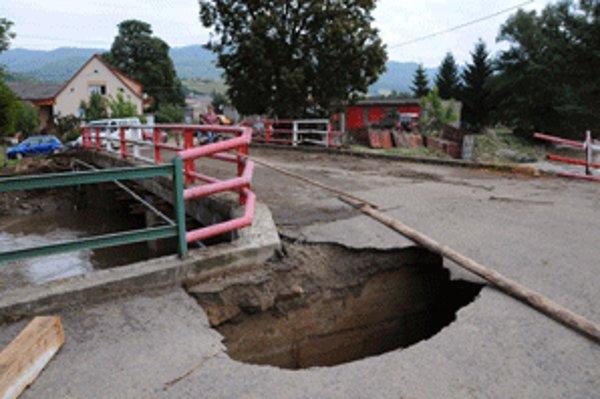Pri záplavách sa veľká diera vytvorila na moste v Jalovci.