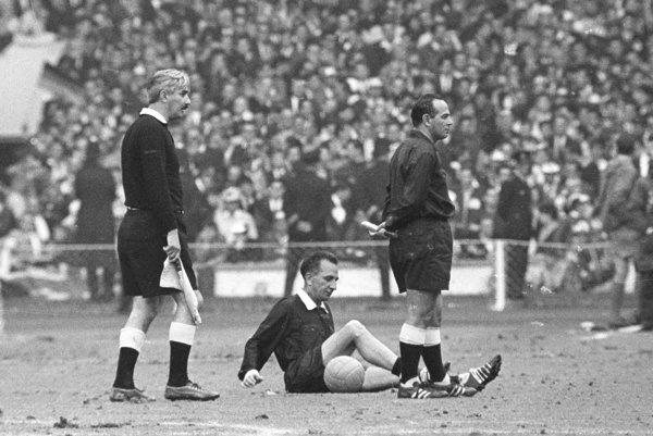 Rozhodcovia slávneho finále medzi Anglickom a Nemeckom - vpravo Karol Galba, na trávniku Gottfried Dienst a vľavo Tofik Bachramov.