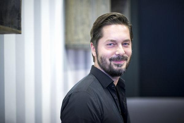 Profesor Jozef Bátora pôsobí na katedre politológie FiF UK v Bratislave od septembra 2015. Študoval v Nórsku, pôsobil aj na Stanfordovej univerzite.