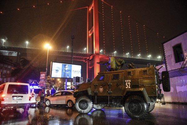 Ozbrojené vozidlo na mieste, kde sa odohral útok na nočný klub v Istanbule.