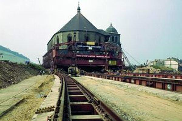 Kostol prevážali na nové miesto bez veže, tú neskôr nahradila kópia. Podľa výpočtov odborníkov by vysoká veža prevoz nezvládla.
