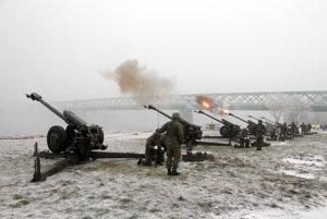Vojaci odpaľovali tradičné salvy.