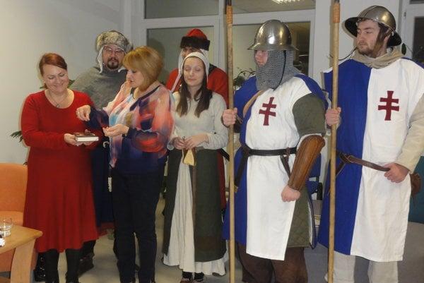 Krst knihy - vľavo autorka Eva Ava Šranková, riaditeľka Monika Lobodášová ačlenovia nitrianskeho dobového spolku Militia Portalis.