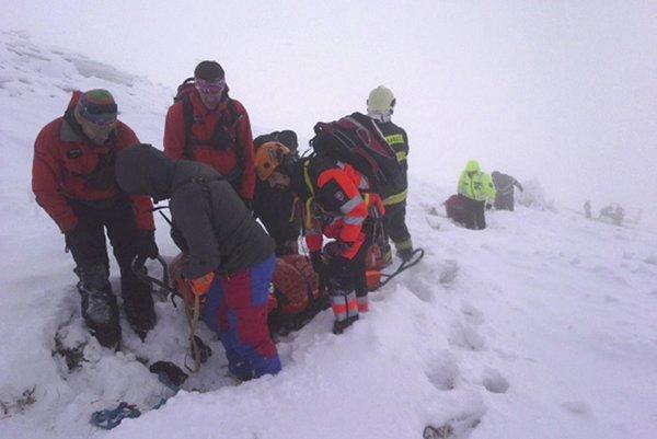 Horskí záchranári v teréne.