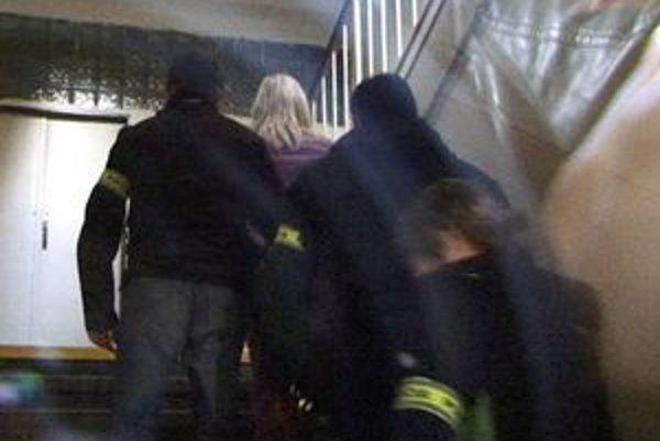 Podozrivých priviezli do budovy súdu zadným vchodom.