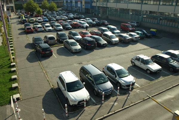 Za parkovanie sa má platiť nielen vo vyhradených zónach, ale aj na sídliskách.