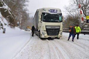 Maďarský kamión zablokoval železničné priecestie v Dierovej.