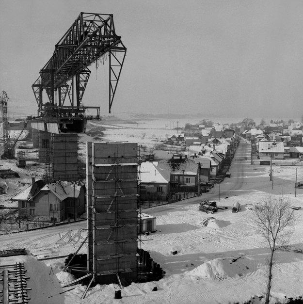 Na archívnej snímke z29. decembra 1979 najdlhšie premostenie na D1 vČSSR vPodturni. Najdlhšie premostenie na budovanej diaľničnej sieti vČSSR vyrastá na diaľnici D1 vúseku medzi Liptovským Jánom aLiptovským Hrádkom.