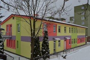 Rekonštrukcia hospodárskej časti ajej nadstavba rozšírila kapacitu pre deti odve triedy.