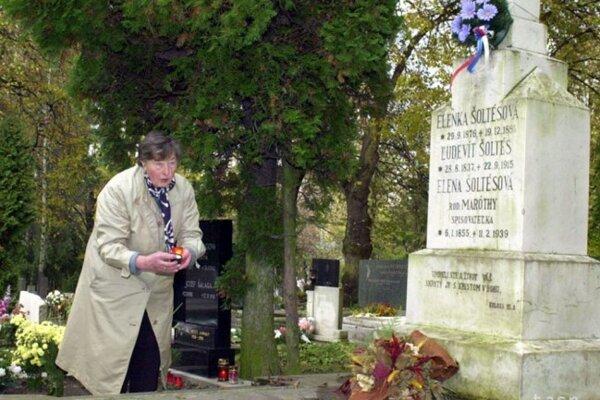 Publicistka ElenaMaróthy-Šoltésová, predstaviteľka realizmu a osobnosť ženského hnutia, dlhoročná predsedníčka Živeny je pochovaná na Národnom cintoríne v Martine.