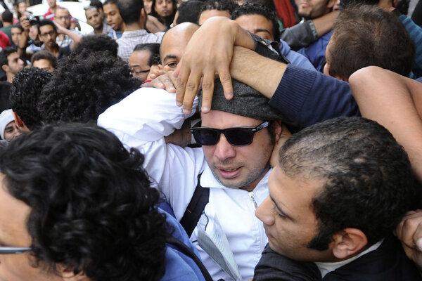 Ahmad Máhir počas demonštrácie v roku 2013 (v strede).