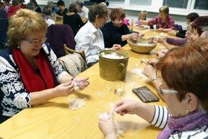 Páranie peria si vyskúšali ženy nielen z Nedožier-Brezian, ale aj okolitých obcí.