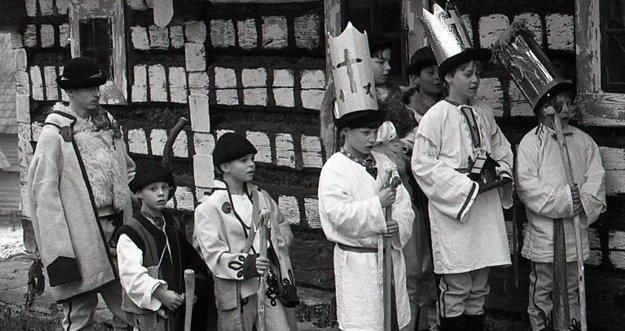 Trojkráľové hry na Kysuciach sú súčasťou pôsobivého ľudového divadla na oslavu narodenia a príchodu Krista-kráľa a predstavujú aj akúsi bodku za obdobím Vianoc. Troch kráľov často sprevádzajú aj valasi.