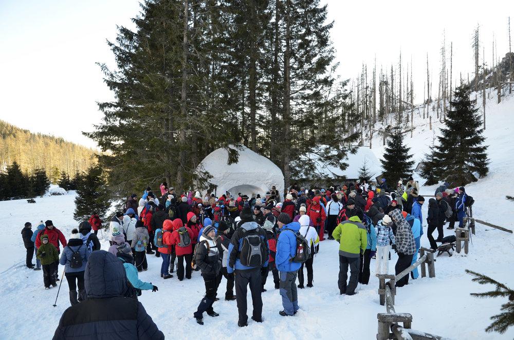 Návštevníci podujatia Trojkráľové stretnutie pri snehovom betleheme