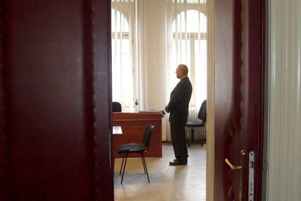 Kňaz v pojednávacej miestnosti na Okresnom súde Nitra.